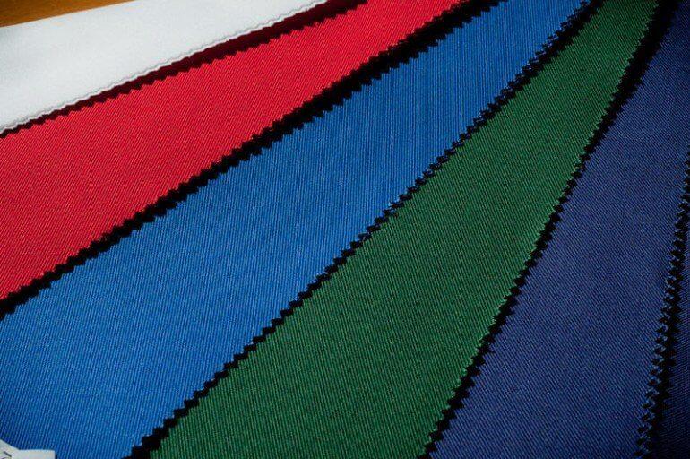 Плотная ткань тиси с саржевым плетением нитей. На фото четко виден характерный диагональный рубчик