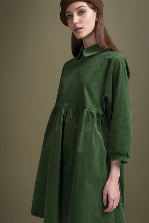 Зеленое платье с коричневым беретом