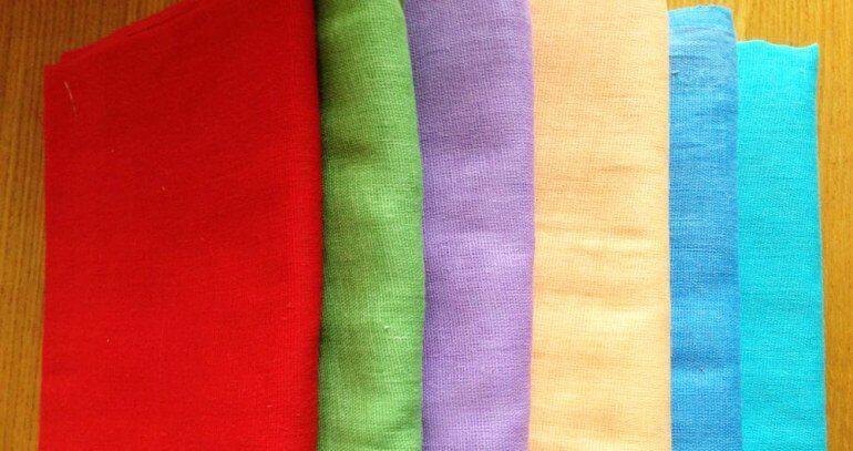 Однотонный материал используют при пошиве постельного белья и летней одежды