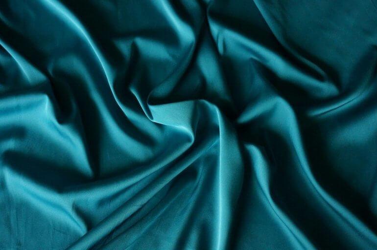 Полисатин - это тонкая, мягкая ткань с блестящей поверхностью