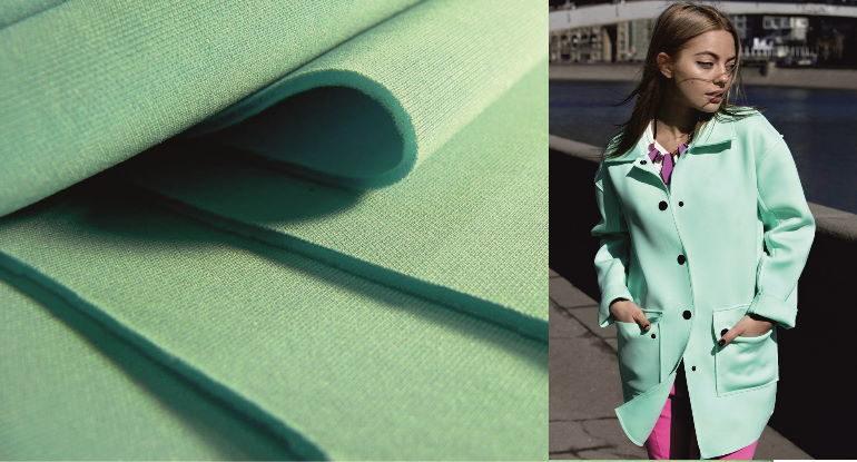 Пальто из неопрена классического кроя с правильными чертами выглядит стильным и имеет правильные формы